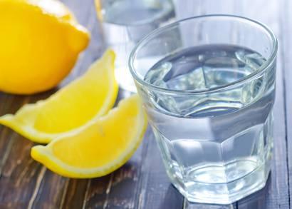 Die Zitronenschale hat reichlich Vitaminen